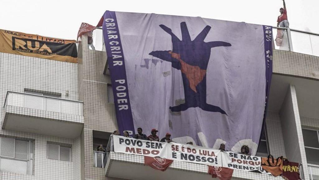 Sem-teto invadem tríplex no Guarujá em protesto a prisão de Lula