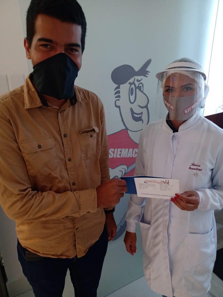 Siemaco Baixada Santista entrega cheques do benefício natalidade para trabalhadores associados